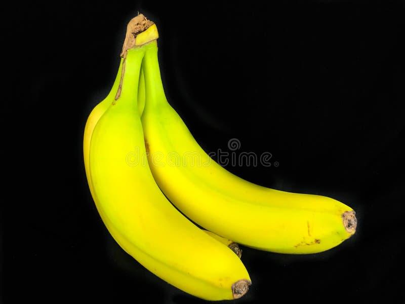 Um grupo de bananas quase maduras fotografia de stock royalty free