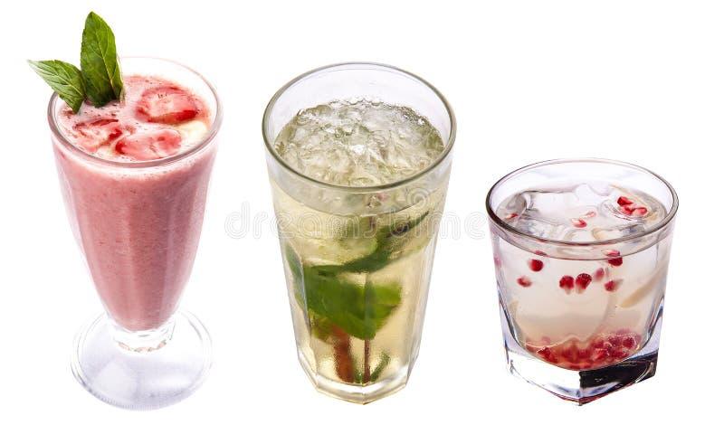 Um grupo de bebidas frias Limonada e batidos Em um fundo branco imagem de stock royalty free