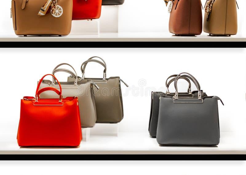 Um grupo de bolsas à moda e modernas dos modelos frescos e relevantes em uma mostra de um boutique da forma fotos de stock royalty free