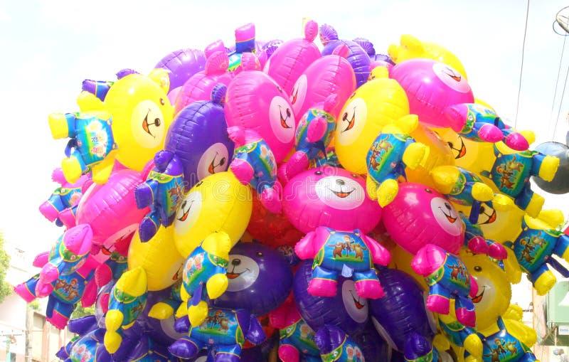 Um grupo de brinquedos coloridos do balão foto de stock