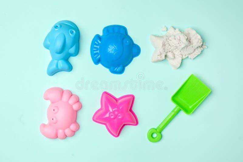 Um grupo de brinquedos para a areia, a areia cinética, jogos educacionais e atividades com as crianças no ar livre fotografia de stock royalty free