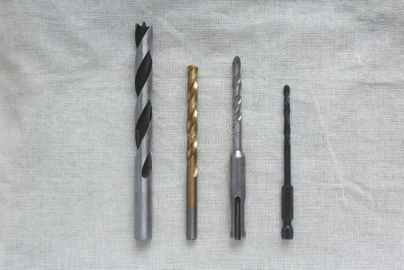 Um grupo de brocas para a madeira e o metal no tecido de algodão foto de stock