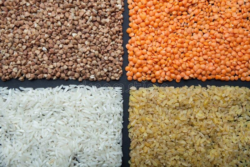 Um grupo de cereais úteis orgânicos para a dieta: lentilhas, arroz, bulgur e trigo mourisco foto de stock royalty free