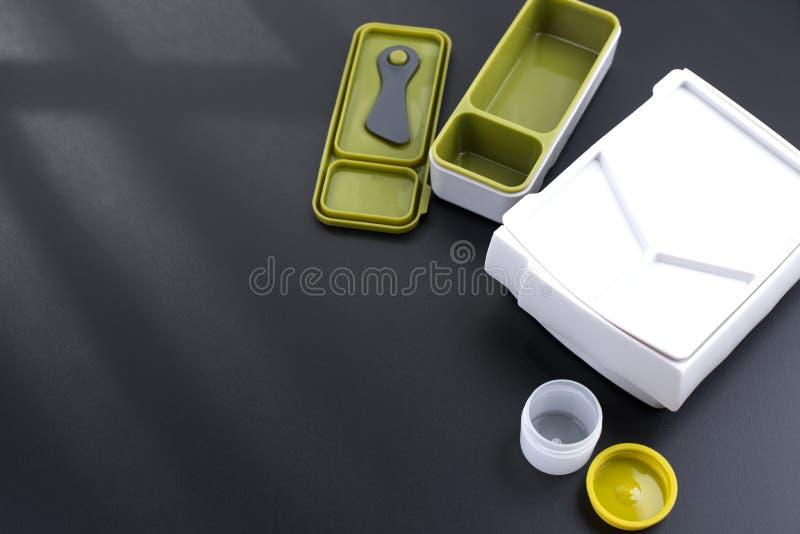 Um grupo de cesta de comida plásticas limpas Tendência para o escritório Fundo preto Pratos novos Copie o espaço fotos de stock