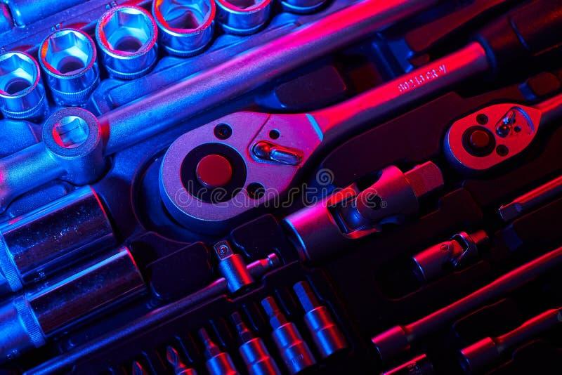 Um grupo de chave e de adaptadores com os bocados na mala de viagem fotos de stock royalty free