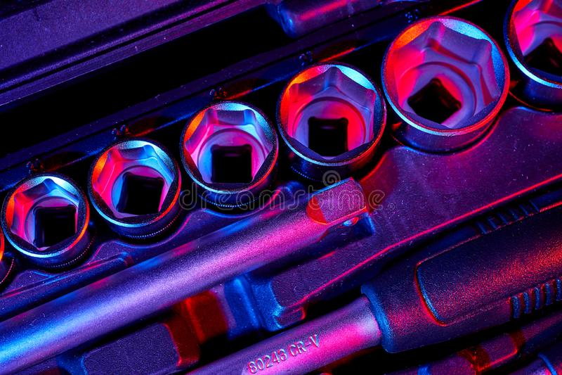 Um grupo de chave e de adaptadores com os bocados na mala de viagem imagens de stock