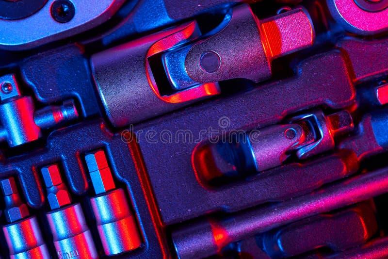 Um grupo de chave e de adaptadores com os bocados na mala de viagem foto de stock