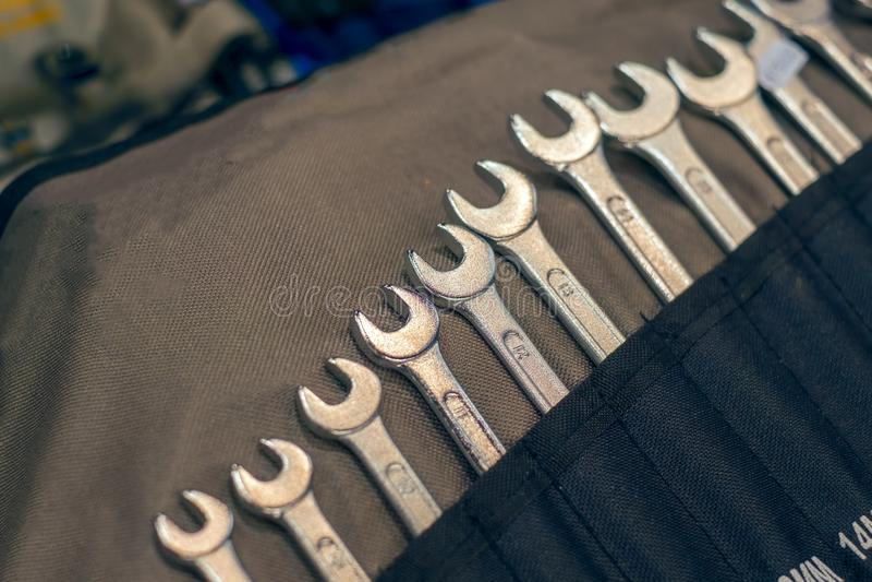 Um grupo de chaves inglesas de tamanhos diferentes fotos de stock