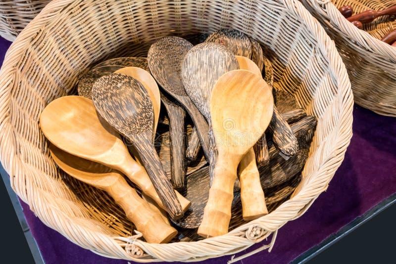 Um grupo de colheres de madeira tradicionais na cesta imagens de stock
