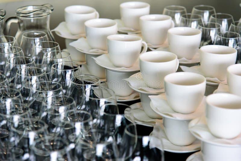 Um grupo de copos e de vidros dos pratos foto de stock