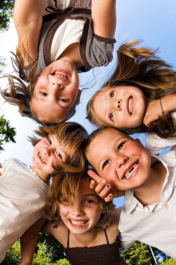 Um grupo de crianças felizes foto de stock royalty free