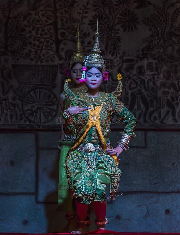 Um grupo de dançarinos de Aspara estava executando em um público executa em Siem Reap, Camboja fotografia de stock royalty free