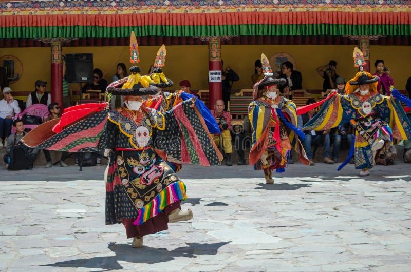 Um grupo de dançarinos mascarados no traje tradicional de Ladakhi que executa durante o festival anual de Hemis imagem de stock