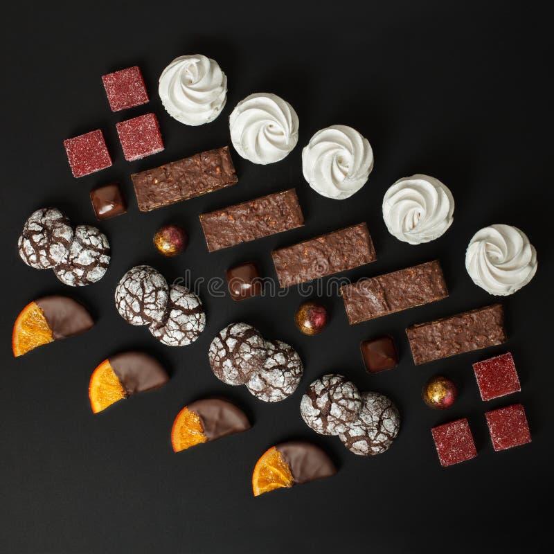 Um grupo de doces casa-feitos: brownies, marshmallows, cookies, doce de fruta, fatias deliciosas de laranja no chocolate e doces imagem de stock royalty free