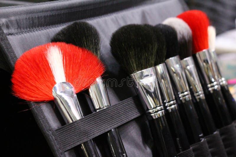 Um grupo de escovas da composição em um caso Escova preto, vermelho e branco imagens de stock