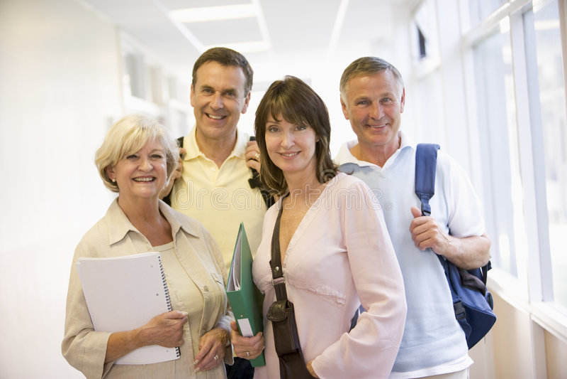 Um grupo de estudantes adultos que estão em um corredor foto de stock royalty free