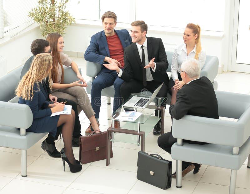 Um grupo de executivos bem sucedidos Discussão do importa imagem de stock