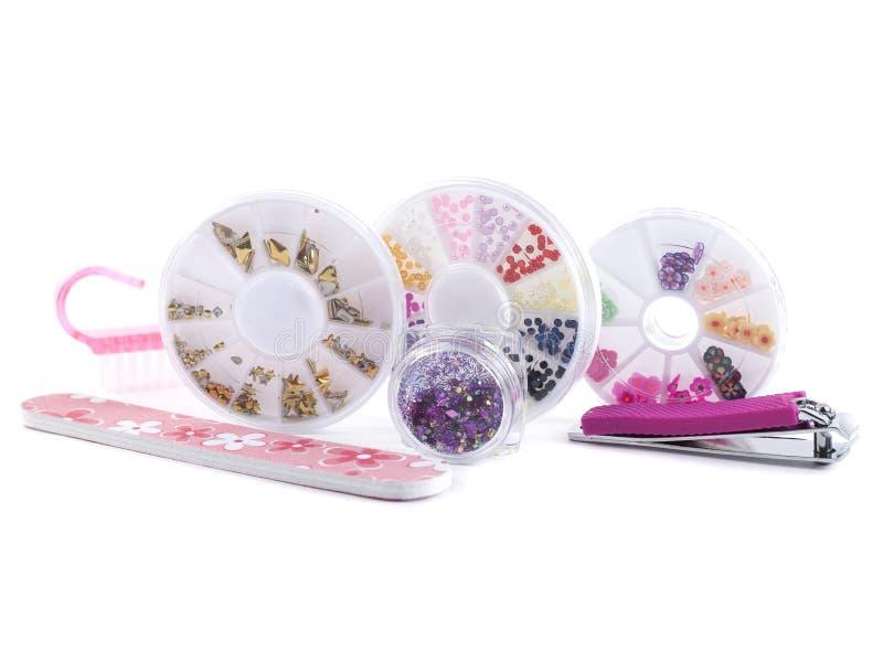 Um grupo de ferramentas cosméticas para o tratamento de mãos e de pedicure em um gel branco do fundo lustra arquivos de prego imagens de stock
