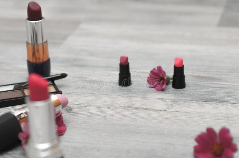 Um grupo de ferramentas da composição com pétalas da flor imagem de stock royalty free