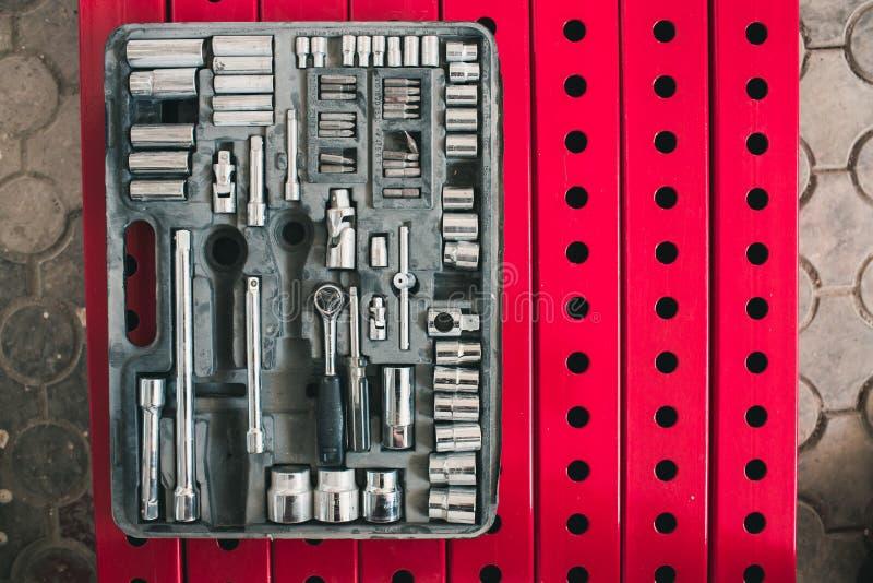 Um grupo de ferramentas em uma mala de viagem de trabalho velha Tudo para o reparo foto de stock