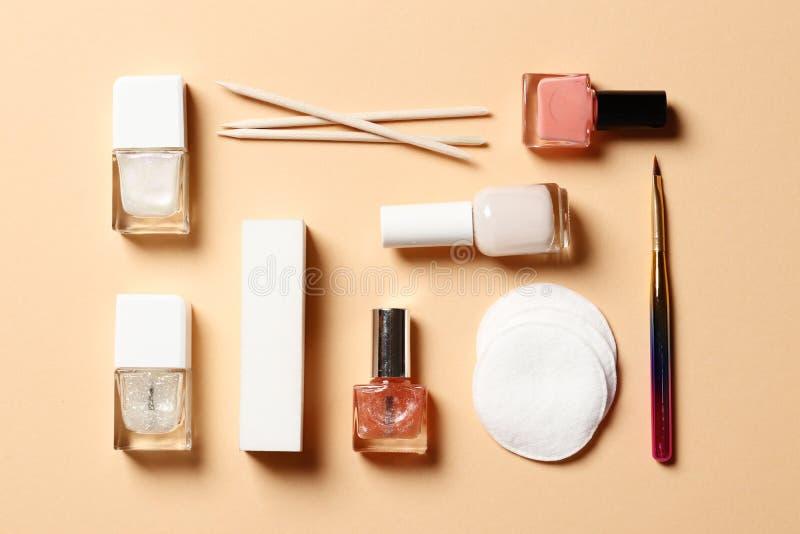 Um grupo de ferramentas para o tratamento de m?os e o verniz para as unhas em um fundo cor-de-rosa fotos de stock