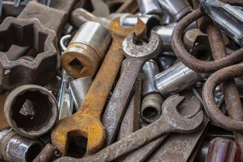 Um grupo de ferramentas velhas alguns oxidados em um montão foto de stock royalty free