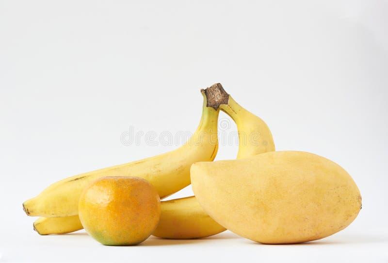 Um grupo de frutas saborosas sobre fundo branco foto de stock