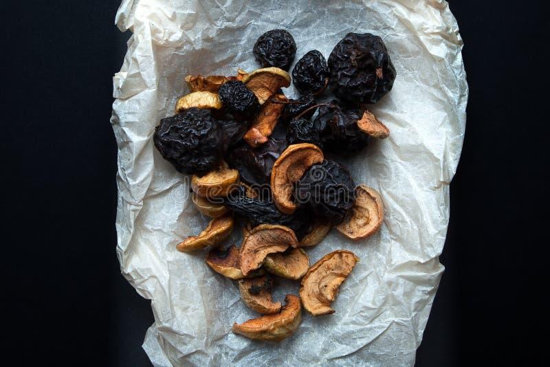 Um grupo de frutos fumados secos para uma bebida tradicional do russo - compota fotos de stock