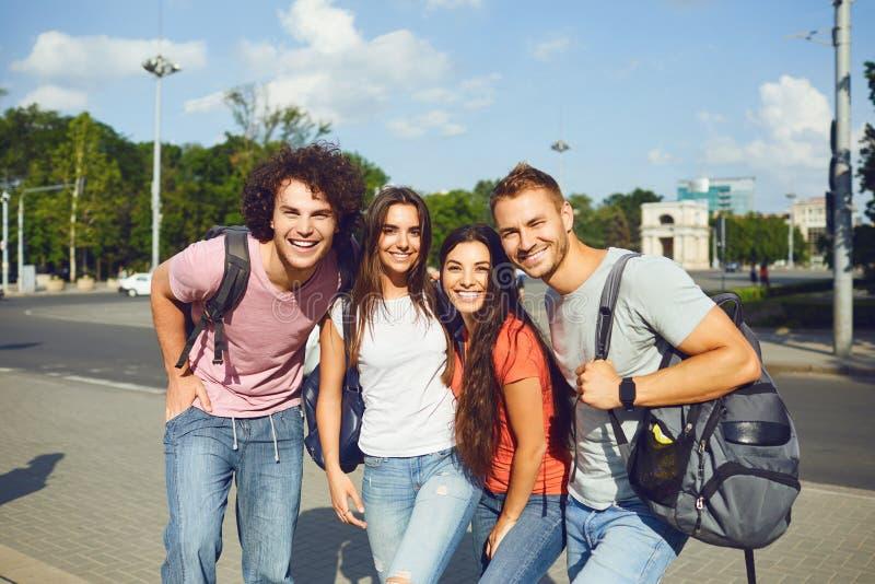 Um grupo de jovens em ruas europeias da cidade imagens de stock