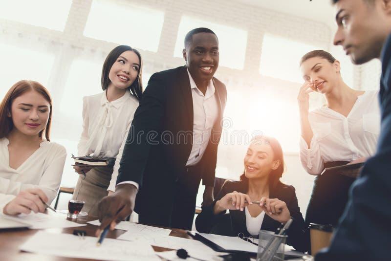 Um grupo de jovens guarda a sessão de reflexão no escritório fotos de stock royalty free