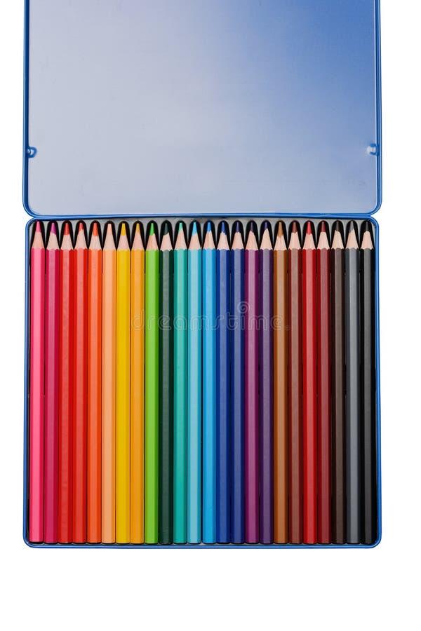 Um grupo de lápis coloridos em uma caixa em um fundo branco fotografia de stock royalty free