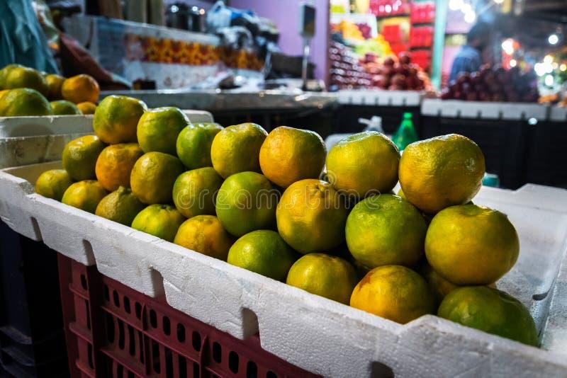 um grupo de laranjas alaranjadas maduras no contador em uma loja da rua imagens de stock