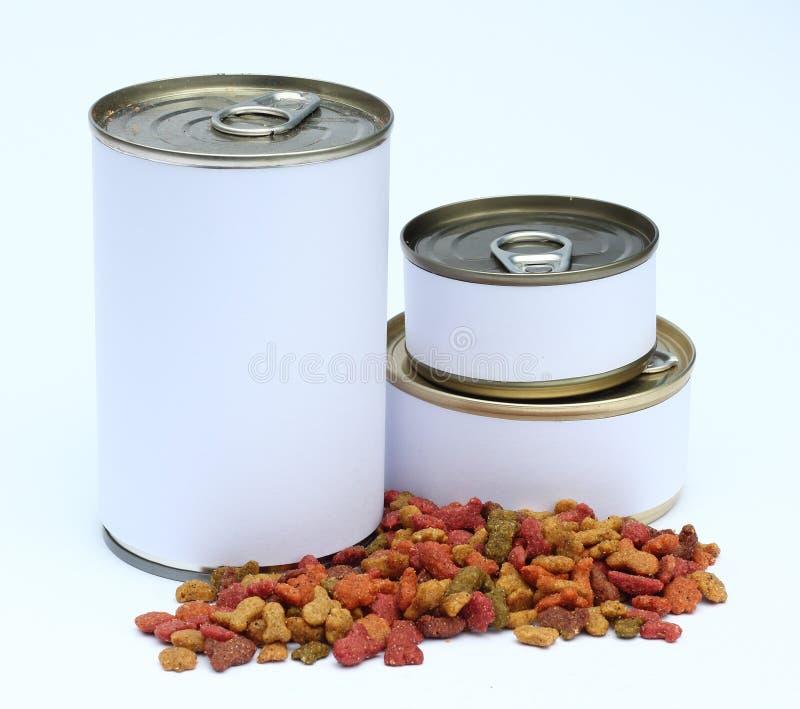 Um grupo de lata e de gatos/alimento de cães secados com a etiqueta pronta para o projeto gráfico novo imagem de stock royalty free