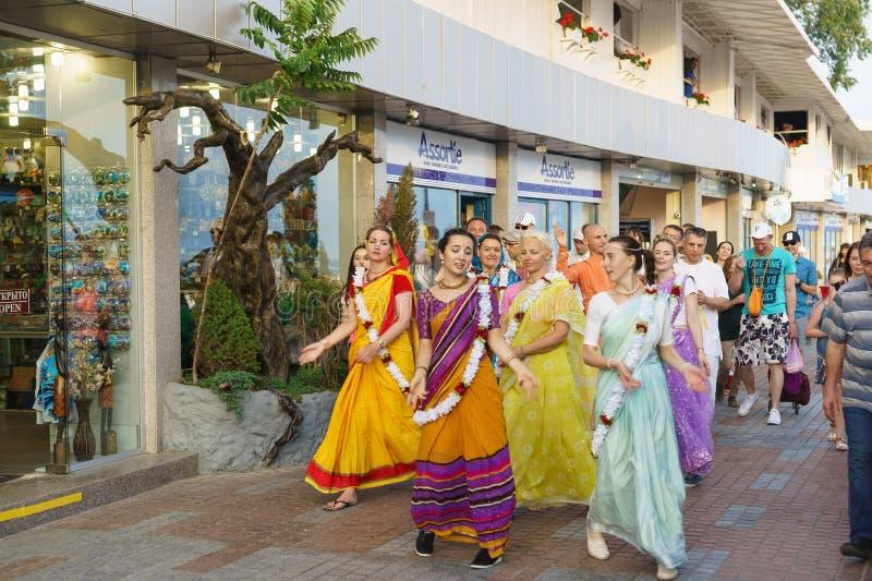 Um grupo de lebre Krishnas que canta e que dança está na terraplenagem da estância turística fotos de stock royalty free
