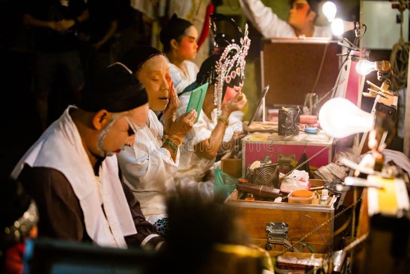 Um grupo de membro de Opera do chinês prepara-se em de bastidores foto de stock royalty free