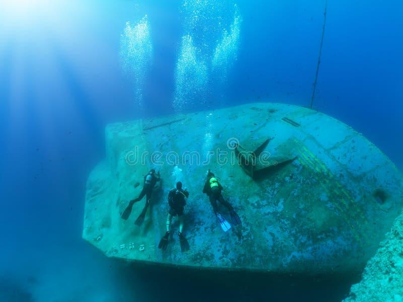 Um grupo de mergulhadores de mergulhador que exploram fotografia de stock