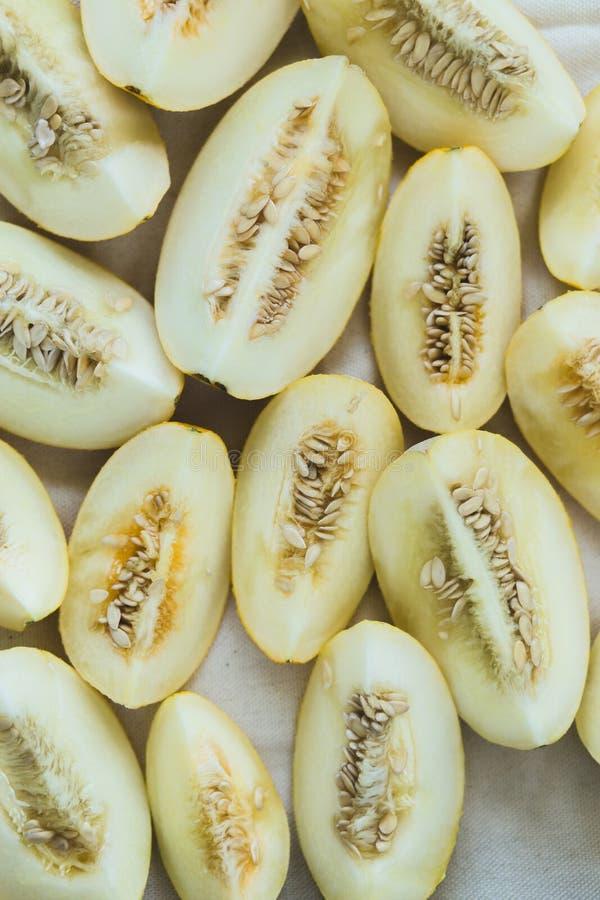 Um grupo de metades maduras brilhantemente iluminadas do melão imagens de stock royalty free