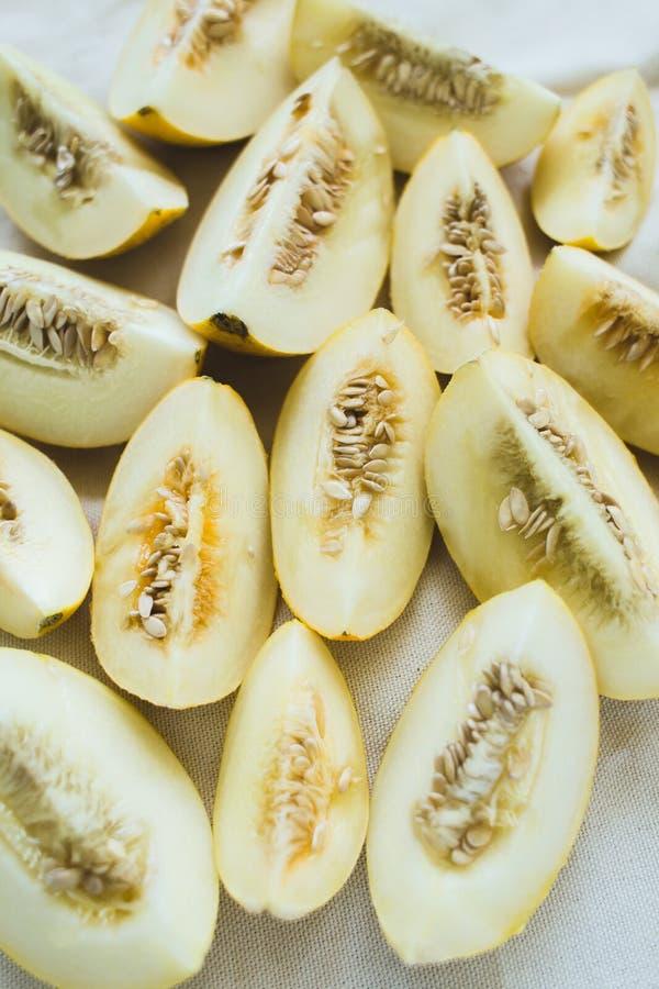 Um grupo de metades maduras brilhantemente iluminadas do melão fotografia de stock royalty free