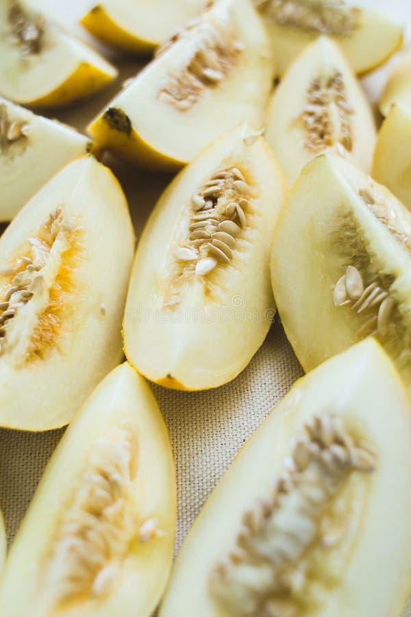 Um grupo de metades maduras brilhantemente iluminadas do melão foto de stock royalty free