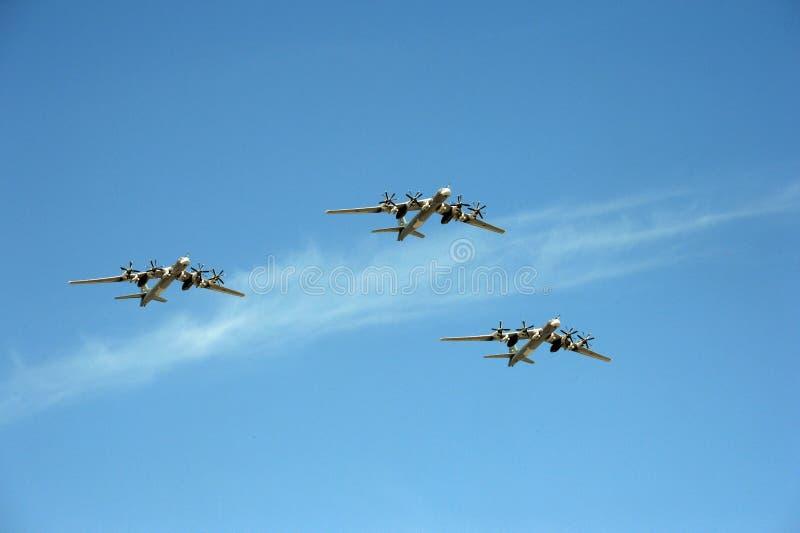 Um grupo de mosca estratégica do MS dos bombardeiros Tu-95 da turboélice sobre o quadrado vermelho na parada dedicada a Victory D imagens de stock royalty free
