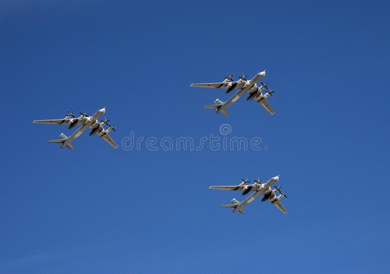 Um grupo de mosca estratégica do MS dos bombardeiros Tu-95 da turboélice sobre o quadrado vermelho na parada dedicada a Victory D fotos de stock royalty free