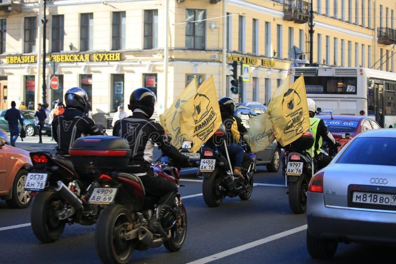 Um grupo de motociclistas viaja ao longo de Nevsky Prospekt ao quadrado do palácio imagem de stock