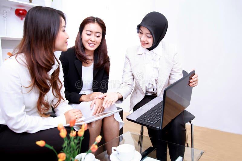 Um grupo de mulheres de negócios novas que encontram-se na sala de visitas do escritório imagens de stock
