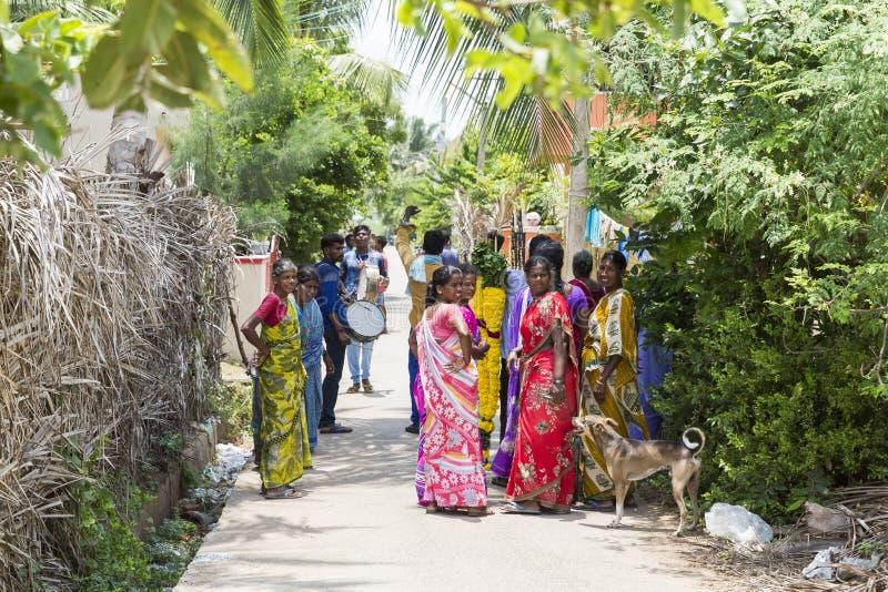 Um grupo de mulheres indianas hindu que vestem o ` colorido s do sari que anda abaixo de uma rua fotos de stock royalty free