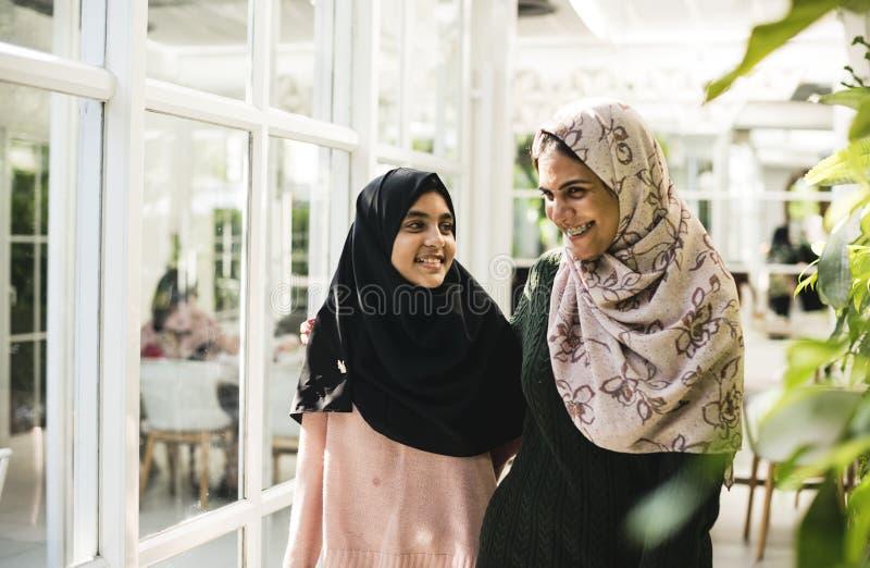 Um grupo de mulheres muçulmanas novas imagem de stock royalty free