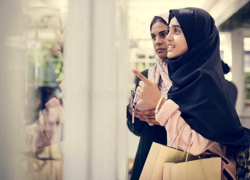 Um grupo de mulheres muçulmanas novas foto de stock royalty free