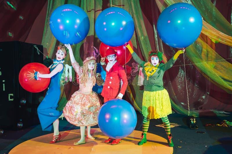 Um grupo de palhaços na composição com os balões coloridos enormes fotos de stock royalty free