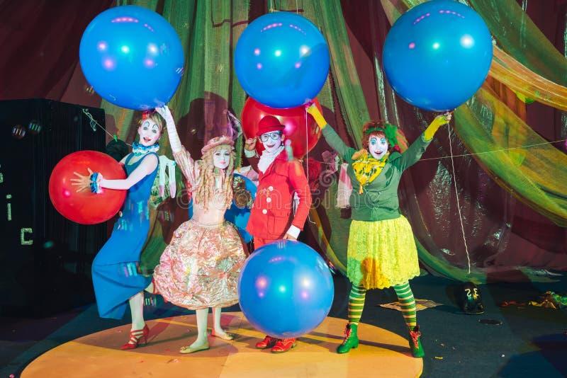 Um grupo de palhaços na composição com os balões coloridos enormes fotos de stock