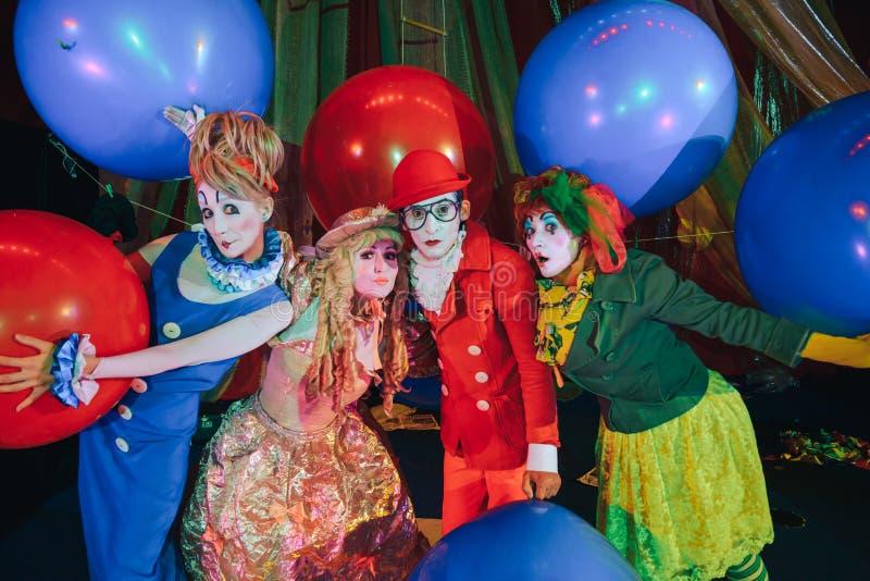 Um grupo de palhaços na composição com os balões coloridos enormes imagens de stock