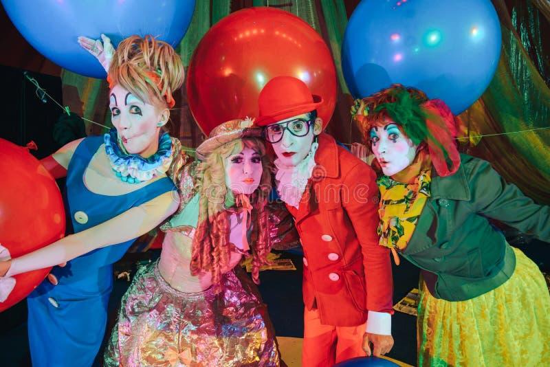 Um grupo de palhaços na composição com os balões coloridos enormes foto de stock royalty free